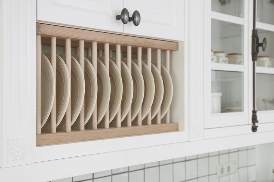 Nostalgische Keuken Handgrepen : Een mooie bordenkast afgewerkt in dezelfde stijl maakt het dan ook